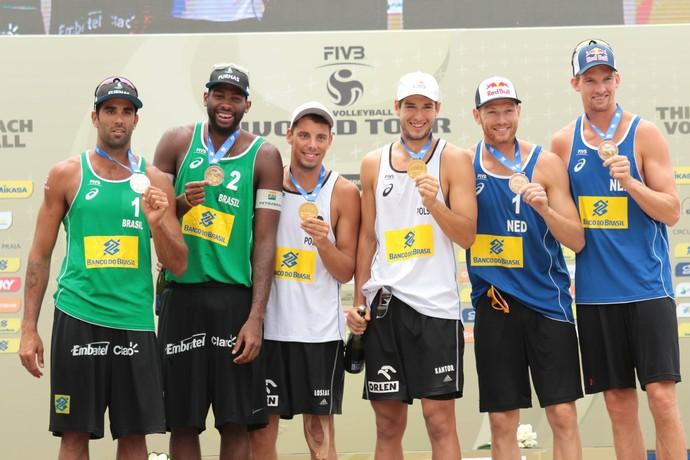 Pedro Solberg e Evandro no pódio do Grand Slam do Rio de Janeiro (Foto: Matheus Vidal/CBV)