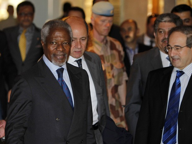 O emissário da ONU e da Liga Árabe, Kofi Annan, é recepcionado pelo chanceler sírio Faisal al-Miqdad ao chegar neste domingo (8) a Damasco (Foto: Khaled al-Hariri / Reuters)