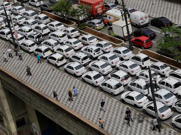 Taxistas ocupam completamente o viaduto Nove de Julho, durante um protesto realizado em frente a Câmara Municipal de São Paulo, na região central, contra a regulamentação do aplicativo Uber (Foto: Nelson Antoine/Frame/Estadão Conteúdo)
