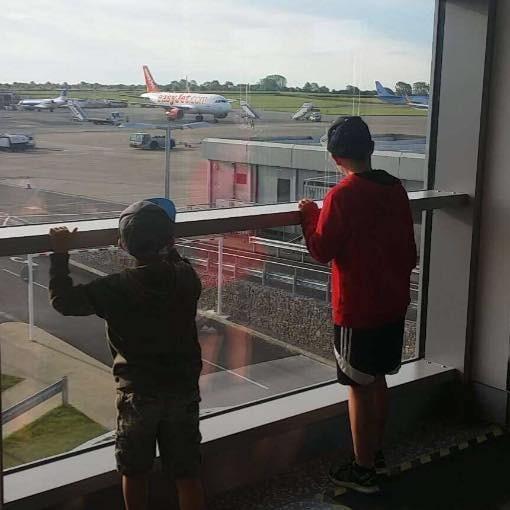 Os meninos ficaram apenas olhando o avião embarcar (Foto: Reprodução/ Facebook)
