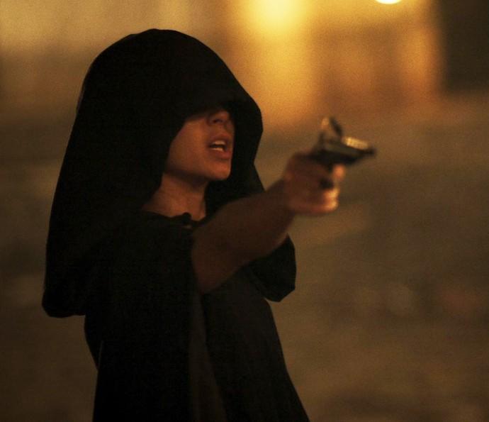 Joaquina aponta arma para Xavier (Foto: TV Globo)