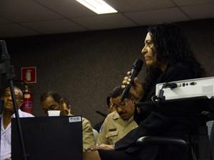 Anna Luiza Marcolino fala na condição de declarante no Fórum de Maceió. (Foto: Jonathan Lins/G1)