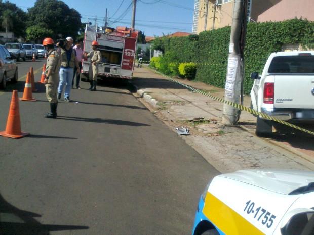 Condutora colide caminhonete em poste de energia em Campo Grande (Foto: Fabiano Arruda/ G1 MS)