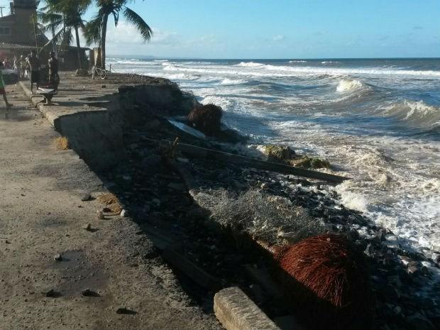 Orla do litoral norte de Ilhéus destruída após maré subir (Foto: Laís Dantas/ Tv Santa Cruz)