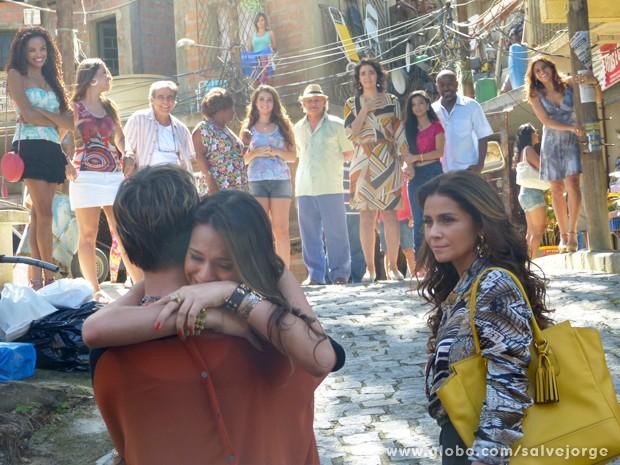 Lurdinha corre para abraçar Aisha  (Foto: Salve Jorge/TV Globo)