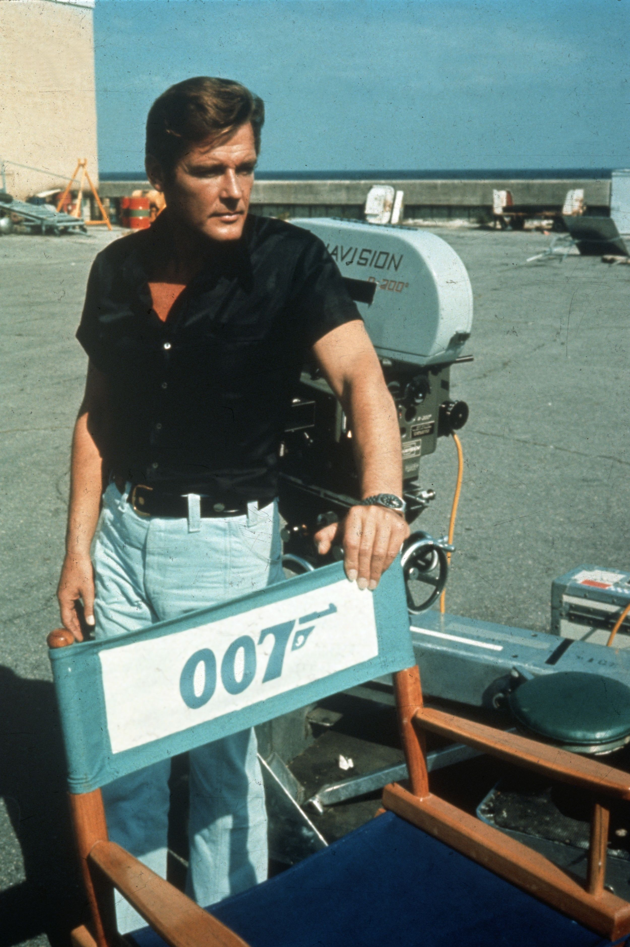 1973:  English film and television actor Roger Moore on location for the filming of the James Bond 007 movie 'Live and Let Die'.  (Photo by Hulton Archive/Getty Images) (Foto: Getty Images)