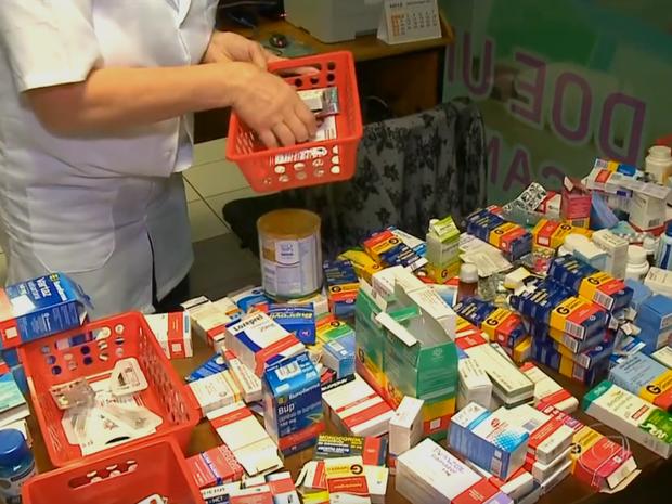 Farmácia Solidária de Farroupilha recebe medicamentos que foram descartados  (Foto: Reprodução / RBS TV)