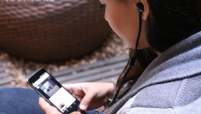 fone-no-celular-ouvindo-musica (Foto: TechTudo)
