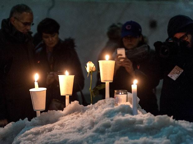 Fãs participam de vigília em tributo a Philip Seymour Hoffman em Nova York; grupo se reuniu diante da Labyrinth Theater Company na noite desta quarta-feira (5) (Foto: D Dipasupil/Getty Images/AFP)