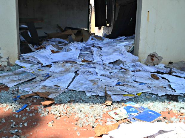 Documentos pessoas são em meio a pilhas de entulho dentro do antigo prédio da corregedoria da Polícia Civil  (Foto: Aline Nascimento/G1)