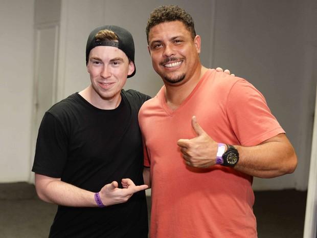 Ronaldo Fenômeno com o DJ Hardweel em show na Zona Sul do Rio (Foto: Ari Kaye/ Divulgação)