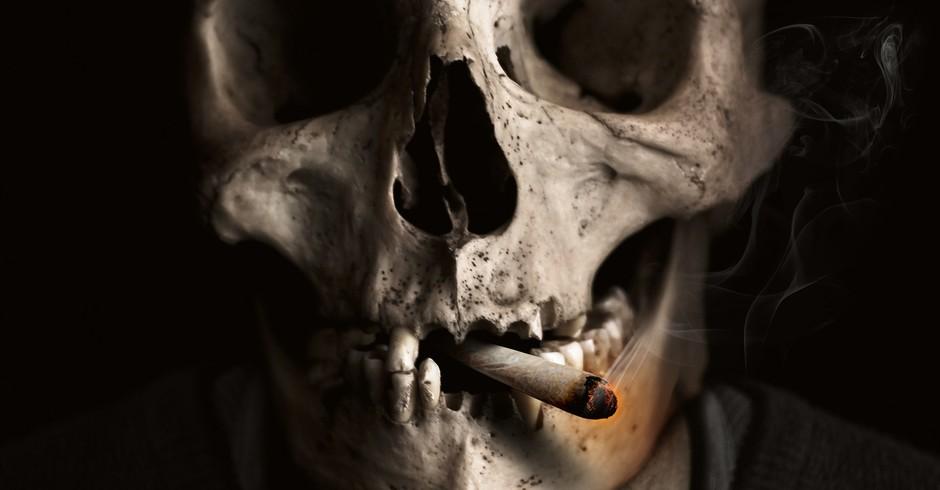 Caveira com cigarro (Foto: Comfreak/Pixabay/Creative Commons)