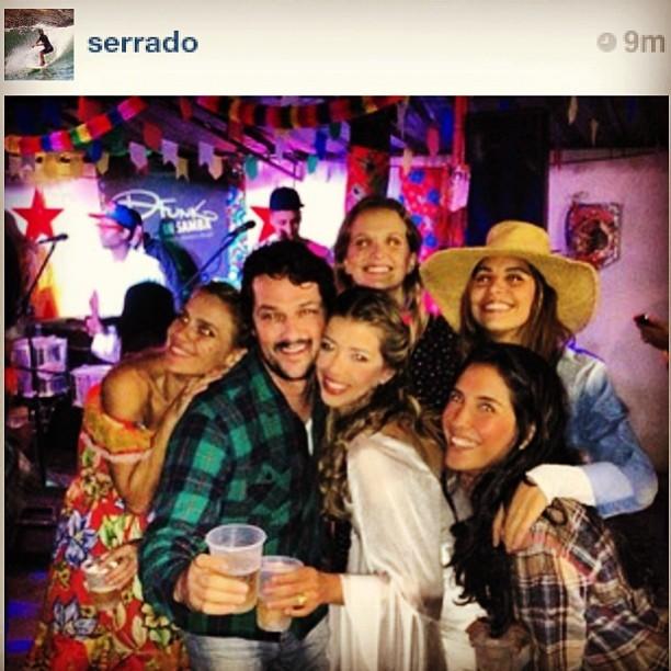 Marcelo Serrado e Roberta Fernandes com amigos em festa julina no Rio (Foto: Instagram/ Reprodução)