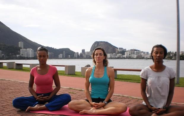 Remadoras brasileiras fazem yôga (Foto: Divulgação)