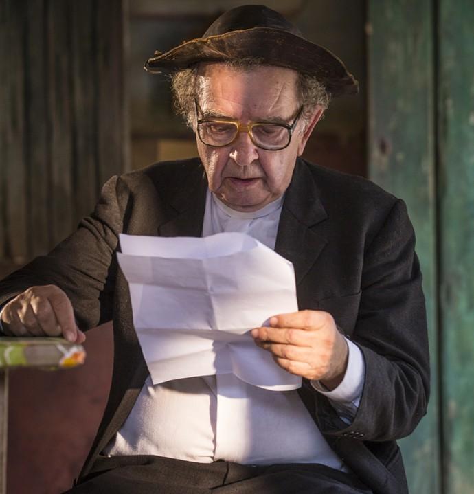 Umberto Magnani estuda o texto antes de entrar em cena (Foto: Felipe Monteiro/ Gshow)
