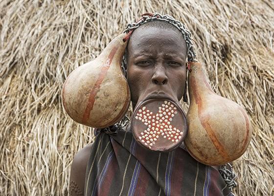 Uma mulher mursi com ornamento labial e decoração feita com cabaça  (Foto: © Haroldo Castro/ÉPOCA)