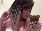Geisy Arruda usa top sensual para mostrar os cabelos