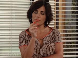Roberta está intrigada (Foto: Guerra dos Sexos/TV Globo)