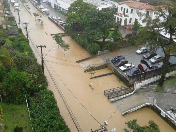 Alagamento Cel. Veiga em Petrópolis, RJ (Foto: Ana Paula Valente/arquivo pessoal)