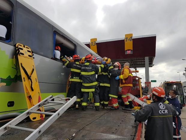 Em acidente na Dutra 18 romeiros ficaram feridos (Foto: Divulgação / Bombeiros)