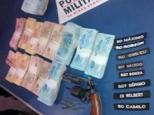 Na casa de um dos suspeitos PM apreendeu o dinheiro e a arma (Foto: Divulgação / Polícia Militar)