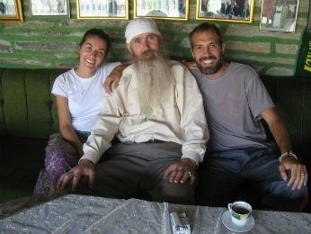 Guilherme e Bianca aparecem ao lado de um seguidor religioso na Macedônia (Foto: Arquivo pessoal)
