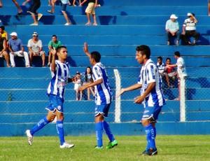 Meia Damião comemora com os companheiros o belo gol de voleio marcado ainda no primeiro tempo (Foto: Henrique Pereira/ GloboEsporte.com)