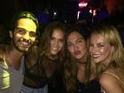 Bruna Marquezine usa blusa transparente para badalar com amigos