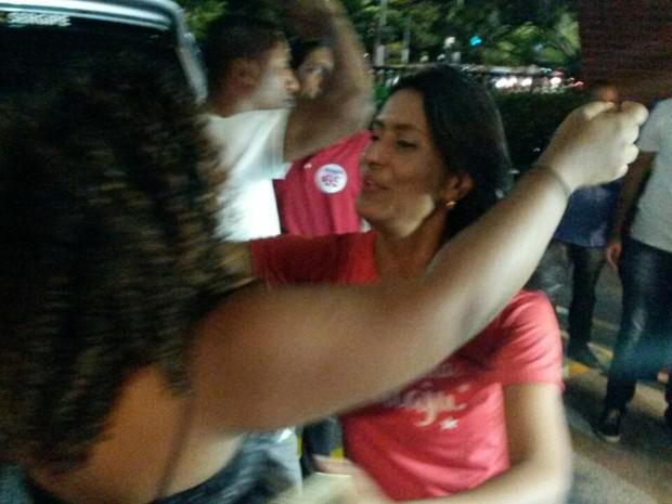 ARACAJU (SE):  Vice-prefeita eleita, Eliane Aquino (PT), comemora a vitória com abraço de apoiadora (Foto: Anderson Barbosa/G1)
