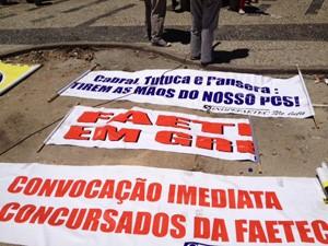Professores levam faixas para o protesto. (Foto: Guilherme Brito/G1)