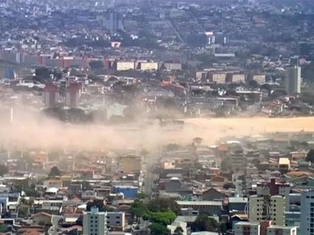 Poeira partiu de grande terreno livre em Osasco (Foto: TV Globo/Reprodução)