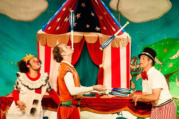 O grupo também mistura teatro e música ao espetáculo  (Foto: Paulo Barbuto)