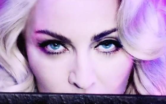 Madonna encarna Marilyn Monroe no vídeo de 'Iconic', exibido na abertura da 'Rebel Heart Tour', que será lançada em DVD (Foto: Reprodução)