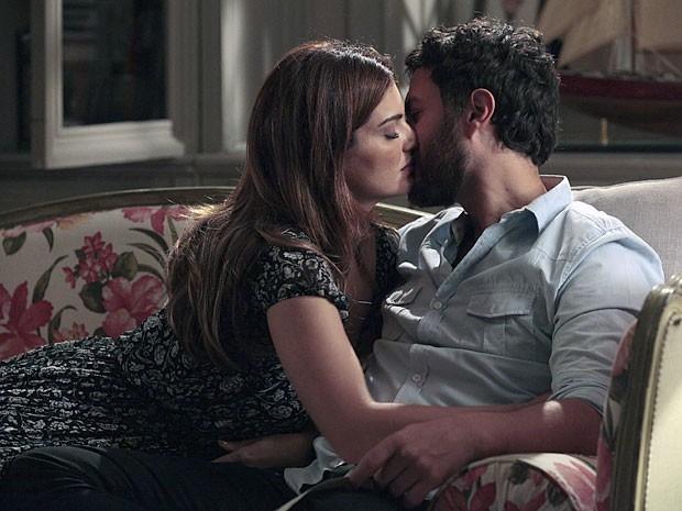 AElisa consegue desconversar e beija o amado  (Foto: Amor Eterno Amor/TV Globo)