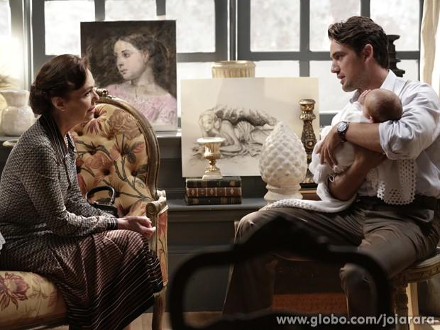 Pilar e Viktor conversam sobre Sílvia e a vendedora se emociona (Foto: Fábio Rocha/TV Globo)