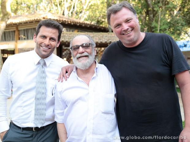 O ator e o autor aparecem ao lado do diretor João Boltshauser (Foto: Flor do Caribe/TV Globo)