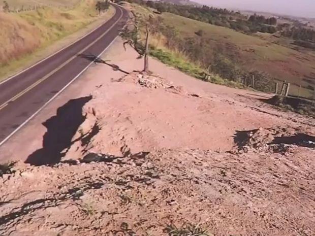 Paleontólogo encontrou peças em região rochosa de Marília (Foto: TV TEM/Reprodução)