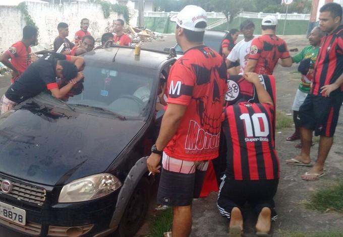 Torcida do Moto acompanhando jogo contra Juazeirense pelo rádio (Foto: Alberto Santos / Divulgação)