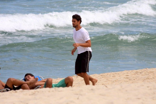 Cauã Reymond na praia (Foto: J. Humberto / AgNews)