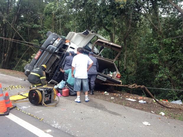 Carreta caiu em cima de carro na BR-459 próximo a Caldas, MG (Foto: João Daniel / EPTV)