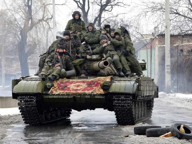 Membros das froças armadas dos rebeldes de Donetsk dirigem um tanque em Donetsk nesta quinta-feira (22) (Foto: REUTERS/Alexander Ermochenko)