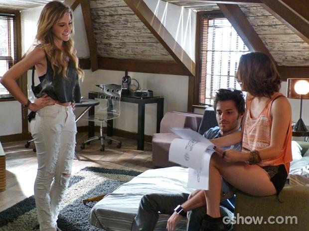 Micaela encantada com os desenhos de Sofia  (Foto: Malhação / TV Globo)