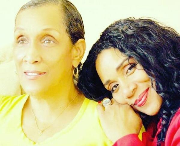 Joni e Kathy Sledge  (Foto: Reprodução Facebook)