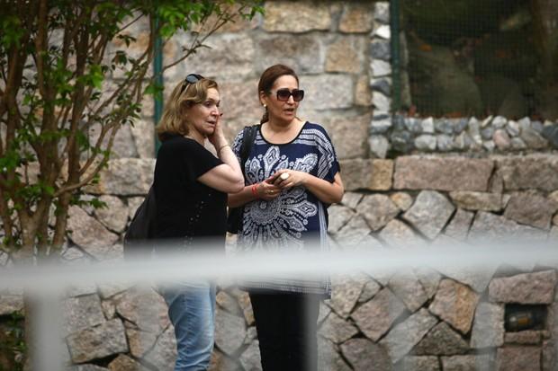 Sonia Abrão indo embora do sepultamento de Chorão (Foto: Iwi Onodera / EGO)