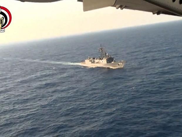 Imagens divulgadas pelo ministério da defesa egípcio mostram busca por destroços de avião que desapareceu na quinta-feira (19) (Foto: Egyptian Defence Ministry / AFP)