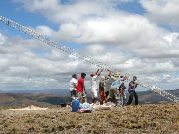 Instalação de torre para medição do vento na comunidade Tamanduá (Foto: Aldenir Cadete (ISA/CIR))