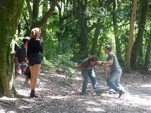 Antônio lutando contra os bandidos  (Foto: Malhação / TV Globo)