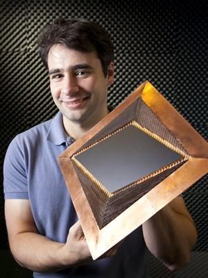 Nathan Landy, autor do estudo, exibe o material que pode ser usado como uma capa de invisibilidade (Foto: Universidade Duke)