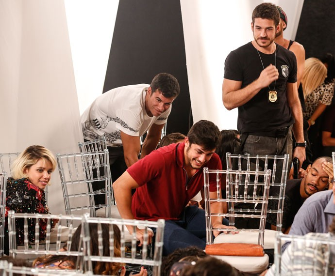 Marco Pigossi e Bruna Linzmeyer se divertem no set (Foto: Ellen Soares/Gshow)