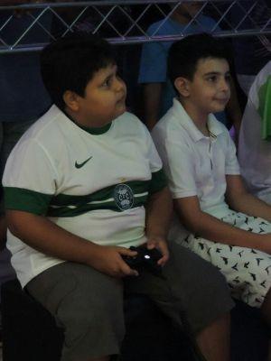 Miguel (da esquerda) foi torcer para o primo  (Foto: Renata Marconi/ G1)